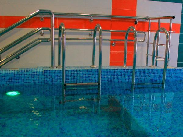 Лестница в стационарном бассейне