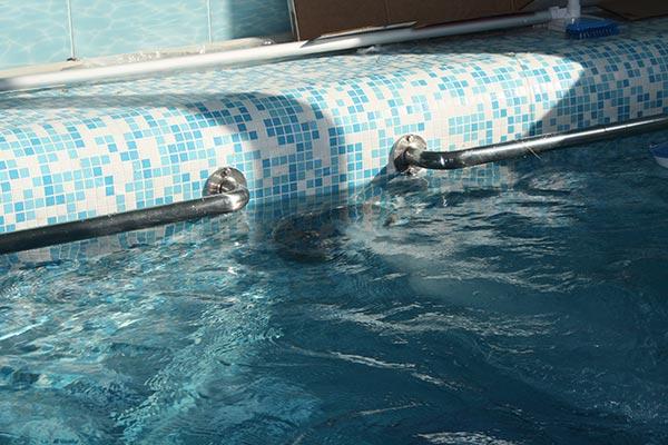 Поручни в бассейне